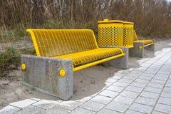 Banco amarelo da praia foto de stock