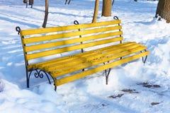 Banco amarillo en parque del invierno Fotografía de archivo libre de regalías