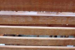 Banco após a chuva com gotas de água imagens de stock