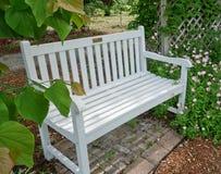 Banco bianco del giardino (vuoto) Immagine Stock