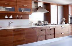 Banco bianco della cucina della cucina di legno rossa Fotografie Stock