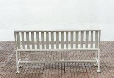 Banco blanco en un parque Foto de archivo