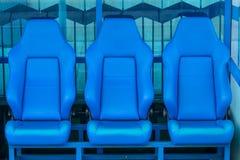 Banco blu delle riserve e dell'allenatore su uno stadio di football americano Fotografie Stock Libere da Diritti