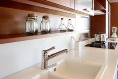 Banco branco da cozinha da cozinha de madeira vermelha Fotografia de Stock Royalty Free