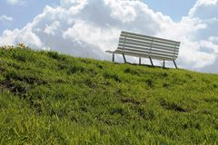 Banco branco em um prado verde Imagens de Stock Royalty Free