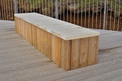 Banco brandnew de alta qualidade feito de placas de madeira como um símbolo do assento e do relaxamento Fotografia de Stock Royalty Free