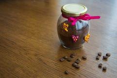 Banco brillante con café y granos de café dispersados imagenes de archivo