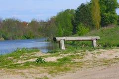 Banco cerca del lago Imagen de archivo