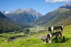 Banco che trascura la valle di Engadin in alpi svizzere Fotografie Stock