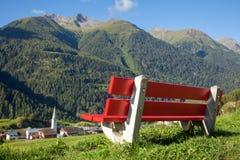 Banco che trascura la valle di Engadin in alpi svizzere Fotografia Stock Libera da Diritti