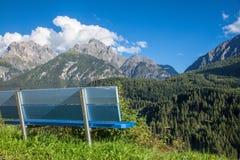Banco che trascura la valle di Engadin in alpi svizzere Fotografie Stock Libere da Diritti