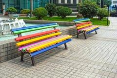 Banco colorato di forma della matita nel giardino immagine stock libera da diritti
