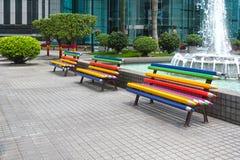 Banco colorato di forma della matita nel giardino immagini stock libere da diritti