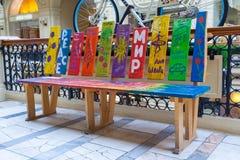 Banco colorido de madera con los dibujos de los niños de vida-afirmación en imagen de archivo libre de regalías