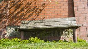 Banco com a cerca da parede de tijolo Fotografia de Stock