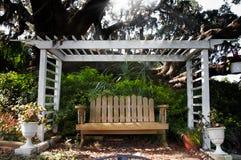 Banco con el árbol de roble Fotografía de archivo libre de regalías