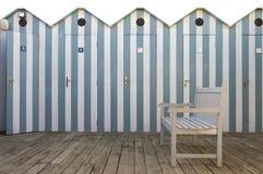 Banco con el fondo de las cabinas de la playa foto de archivo libre de regalías