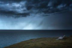 Banco con pioggia e le nuvole tempestose Immagine Stock Libera da Diritti