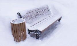 Banco con una urna llenada de nieve fotos de archivo libres de regalías