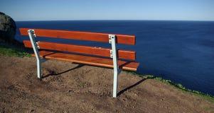 Banco con una vista di oceano Fotografia Stock