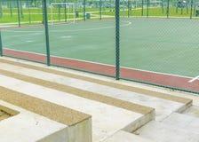 Banco concreto para los espectadores en la corte futsal. Imagenes de archivo