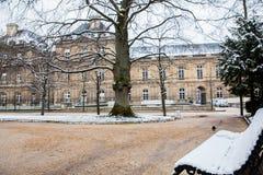 Banco coperto di neve al giardino del palazzo del Lussemburgo in un giorno di inverno di congelamento fotografia stock libera da diritti