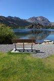 Banco Cosy sul puntello del lago gull. immagini stock libere da diritti