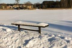 Banco cubierto con nieve Imagenes de archivo