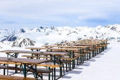 Banco da cerveja na montanha fotografia de stock royalty free