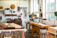 Banco da lavoro con gli strumenti nell'officina del carpentiere Fotografie Stock