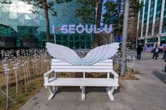 Banco da rua com I SEOUL U, que é o slogan novo para a cidade de Seoul em Coreia do Sul fotografia de stock royalty free
