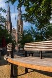 Banco davanti alla chiesa della cattedrale di Catherine del san a Eindhoven, Paesi Bassi immagini stock libere da diritti