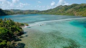 Banco de arena cerca de la isla de la serpiente con agua baja costera del océano de la turquesa Archipiélago del EL Nido Viaje B  almacen de metraje de vídeo