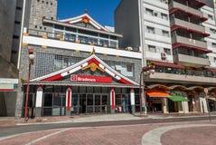 Banco de Bradesco con estilo oriental de la arquitectura en la vecindad japonesa de Liberdade - Sao Paulo, el Brasil Imagen de archivo