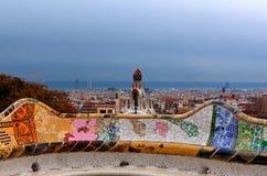 Banco de cerámica de Gaudi, guell del parque, horizonte Barcelona, España Foto de archivo