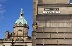 Banco de Escocia y una placa de calle para la milla real Foto de archivo libre de regalías