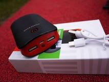 Banco de la alimentación externa para los smartphones de carga y otros dispositivos Sirva recargar la batería imagen de archivo libre de regalías