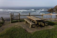 Banco de la comida campestre en la playa Imagen de archivo libre de regalías