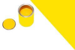 Banco de la pintura amarilla en el fondo blanco con spase vacío Foto de archivo libre de regalías