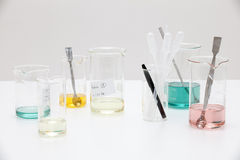 Banco de laboratório com várias misturas. Foto de Stock