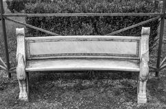 Banco de mármore com um teste padrão das flores entre a grama e dos arbustos no parque na casa de campo Pamphili em Roma, capital Imagem de Stock Royalty Free