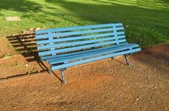 Banco de madeira azul no parque Imagens de Stock