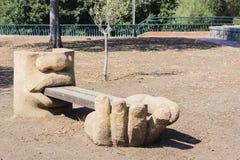 Banco de madeira com a decoração concreta no parque Gioeni, Catania, Sicília, Itália foto de stock