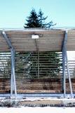 Banco de madeira com neve Plataforma de um parque fotografia de stock royalty free