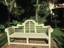 Banco de madeira do jardim artístico fotografia de stock royalty free