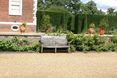 Banco de madeira em um jardim Fotos de Stock Royalty Free