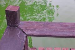 Banco de madeira exterior perto do rio Imagens de Stock