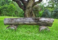 Banco de madeira feito de troncos de árvore Fotografia de Stock