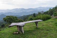 Banco de madeira na cume do lan do doi, província de Lampang Fotografia de Stock