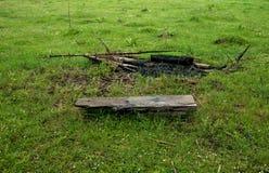 Banco de madeira na frente do assado na montanha Fotos de Stock